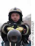 Купить «Сотрудник МЧС России совершает махи гирей весом 32 килограмма. Функциональное пожарно-спасательное многоборье», фото № 30613227, снято 19 апреля 2019 г. (c) А. А. Пирагис / Фотобанк Лори