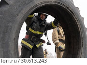 Купить «Сотрудник МЧС России кантует покрышку от грузовика. Функциональное пожарно-спасательное многоборье», фото № 30613243, снято 19 апреля 2019 г. (c) А. А. Пирагис / Фотобанк Лори