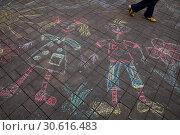 Купить «Рисунок мелками на асфальте на площади в городе Москве, Россия», фото № 30616483, снято 20 апреля 2019 г. (c) Николай Винокуров / Фотобанк Лори
