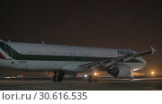 Купить «Night view of Alitalia plane in Sheremetyevo Airport, Moscow», видеоролик № 30616535, снято 29 ноября 2017 г. (c) Данил Руденко / Фотобанк Лори