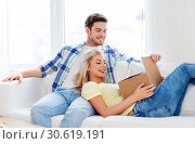 Купить «happy couple opening parcel box at home», фото № 30619191, снято 25 февраля 2016 г. (c) Syda Productions / Фотобанк Лори