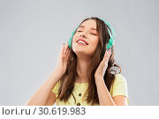 Купить «happy young woman or teenage girl with headphones», фото № 30619983, снято 29 января 2019 г. (c) Syda Productions / Фотобанк Лори