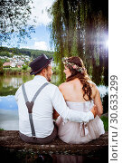 Young wedding couple sitting on a bench. Стоковое фото, фотограф sumners / easy Fotostock / Фотобанк Лори