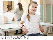 Купить «Девочка-подросток сидит в гримерке после кастинга, мама собирает вещи», фото № 30634943, снято 17 февраля 2019 г. (c) Кекяляйнен Андрей / Фотобанк Лори