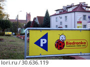 Купить «Указатель парковки магазина Бедронка (Польша)», фото № 30636119, снято 6 октября 2018 г. (c) Ed_Z / Фотобанк Лори