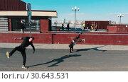 Купить «Three athletic young men overcoming obstacles and running on the road performing tricks. Aerial view», видеоролик № 30643531, снято 20 ноября 2019 г. (c) Константин Шишкин / Фотобанк Лори