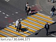 Купить «Люди идут по наземному пешеходному переходу в центре города Москвы, Россия», фото № 30644371, снято 24 апреля 2019 г. (c) Николай Винокуров / Фотобанк Лори