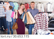 Купить «Couple carrying paper bags with purchase», фото № 30653115, снято 13 апреля 2017 г. (c) Яков Филимонов / Фотобанк Лори