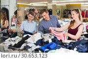 Купить «Mother,father and son choosing wear at the clearance sale shop», фото № 30653123, снято 13 апреля 2017 г. (c) Яков Филимонов / Фотобанк Лори