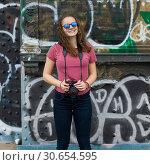 Купить «Woman standing on Manhattan Bridge, Manhattan, New York City, New York State, USA», фото № 30654595, снято 29 января 2020 г. (c) Ingram Publishing / Фотобанк Лори