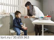 Купить «Медсестра вскрывает бактерицидный лейкопластырь для оказания медицинской помощи мальчику», фото № 30659963, снято 17 марта 2019 г. (c) Наталья Гармашева / Фотобанк Лори