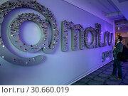 Купить «Мужчина смотрит на логотип интернет-компании Mail.ru group в офисе компании в городе Москве, Россия», фото № 30660019, снято 25 апреля 2019 г. (c) Николай Винокуров / Фотобанк Лори