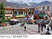 Повседневная жизнь в историческом центре Лхасы летом. Тибет, Китай (2018 год). Редакционное фото, фотограф Овчинникова Ирина / Фотобанк Лори
