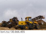 Sand and gravel separator and bucket loader. Стоковое фото, фотограф Евгений Харитонов / Фотобанк Лори