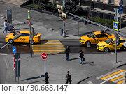 Купить «Вид сверху на такси компаний Uber и Яндекс в центре города Москвы, Россия», фото № 30668147, снято 24 апреля 2019 г. (c) Николай Винокуров / Фотобанк Лори