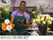 Купить «Florist offering gerberas», фото № 30680427, снято 14 февраля 2019 г. (c) Яков Филимонов / Фотобанк Лори