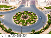 Top view of a roundabout on the road in Abu Dhabi, UAE (2019 год). Стоковое фото, фотограф Володина Ольга / Фотобанк Лори