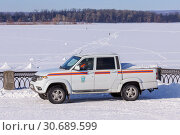 Купить «Сотрудники МЧС наблюдают из служебной машины за переправой людей на другой берег по льду замерзшей реки», фото № 30689599, снято 22 февраля 2019 г. (c) Ekaterina M / Фотобанк Лори