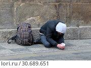 Купить «Мигрант просит милостыню на улице европейского города», фото № 30689651, снято 8 марта 2019 г. (c) Ekaterina M / Фотобанк Лори