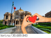 Купить «Hand hold red heart, palace of fine arts Mexican», фото № 30689843, снято 24 февраля 2014 г. (c) Сергей Новиков / Фотобанк Лори