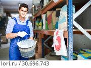 Купить «Sellerman is placing buckets for putty», фото № 30696743, снято 26 июля 2017 г. (c) Яков Филимонов / Фотобанк Лори