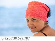 Купить «Портрет красивой загорелой женщины с красной косынкой на голове, морское побережье», фото № 30699787, снято 23 июля 2018 г. (c) Кекяляйнен Андрей / Фотобанк Лори