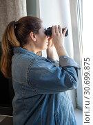 Купить «Портрет женщины с биноклем у окна, смотрит на улицу», фото № 30699875, снято 16 апреля 2019 г. (c) Кекяляйнен Андрей / Фотобанк Лори