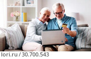 Купить «happy senior couple with laptop and credit card», видеоролик № 30700543, снято 25 августа 2019 г. (c) Syda Productions / Фотобанк Лори