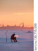 Купить «Man ice fishing against the silhouette of Tallinn Old Town», фото № 30715599, снято 10 июля 2020 г. (c) age Fotostock / Фотобанк Лори