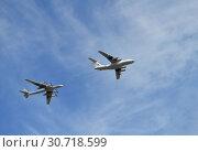 Купить «Военные самолёты пролетают над Москвой во время парада в честь Дня Победы 9 мая 2015 года в Москве», эксклюзивное фото № 30718599, снято 9 мая 2015 г. (c) lana1501 / Фотобанк Лори