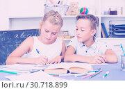 Купить «Brother with sister are doing homework», фото № 30718899, снято 14 декабря 2019 г. (c) Яков Филимонов / Фотобанк Лори
