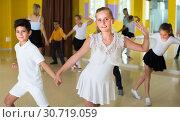 Купить «Pairs of children are dancing twist», фото № 30719059, снято 13 июля 2017 г. (c) Яков Филимонов / Фотобанк Лори