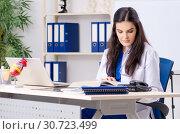 Купить «Female doctor cardiologist working in the clinic», фото № 30723499, снято 12 ноября 2018 г. (c) Elnur / Фотобанк Лори