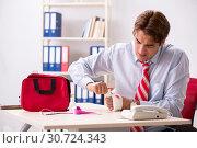Купить «Man with first aid kit in the office», фото № 30724343, снято 21 августа 2018 г. (c) Elnur / Фотобанк Лори