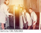 Купить «Group of surprised adults wearing lab coats», фото № 30726043, снято 6 июля 2017 г. (c) Яков Филимонов / Фотобанк Лори