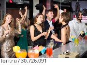 Positive colleagues dancing with cocktails. Стоковое фото, фотограф Яков Филимонов / Фотобанк Лори
