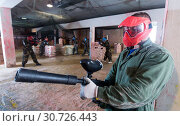 gamer in red mask who is targeting in opponents. Стоковое фото, фотограф Яков Филимонов / Фотобанк Лори