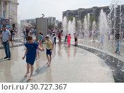Купить «Тюмень, Россия, 9 мая 2019: Дети играют и веселятся в струях фонтана», фото № 30727367, снято 9 мая 2019 г. (c) Землянникова Вероника / Фотобанк Лори