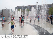 Купить «Тюмень, Россия, 9 мая 2019: Дети играют и веселятся в струях фонтана», фото № 30727371, снято 9 мая 2019 г. (c) Землянникова Вероника / Фотобанк Лори