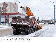 Купить «Уборка снега на проспекте Косыгина. Санкт-Петербург», эксклюзивное фото № 30736427, снято 3 марта 2019 г. (c) Александр Щепин / Фотобанк Лори