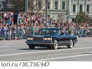 Купить «Российский парадный автомобиль-кабриолет ЗИЛ-41041 АМГ едет после парада в честь Дня Победы по Новому Арбату в Москве, вид спереди», фото № 30736947, снято 9 мая 2018 г. (c) Малышев Андрей / Фотобанк Лори