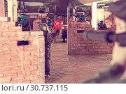 Купить «Paintball players aiming in opponents», фото № 30737115, снято 10 июля 2017 г. (c) Яков Филимонов / Фотобанк Лори
