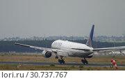 Купить «United Airlines Boeing 777 landing», видеоролик № 30737767, снято 20 июля 2017 г. (c) Игорь Жоров / Фотобанк Лори