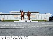 Купить «Pyongyang, North Korea. Bronze statue of Kim Il Sung and Kim Jong Il on the Mansu hill», фото № 30738771, снято 1 мая 2019 г. (c) Знаменский Олег / Фотобанк Лори