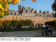 Купить «Place des Vosges, Paris», фото № 30739263, снято 10 октября 2018 г. (c) Яков Филимонов / Фотобанк Лори