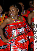 Купить «Junge Frau einer lokalen Tanzgruppe in traditioneller Kleidung, Traditionelles Kulturzentrum Mantenga, Ezulwini valley, Swaziland / Young woman of a local...», фото № 30740027, снято 7 августа 2020 г. (c) age Fotostock / Фотобанк Лори