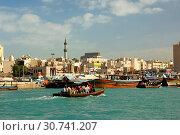 Abra Wassertaxi verkehren auf dem Dubai Creek zwischen den Stadtteilen Bur Dubai und Deira, Blick auf Deira, Dubai, Vereinigte Arabische Emirate / Abra... Стоковое фото, фотограф Zoonar.com/G Fischer / age Fotostock / Фотобанк Лори