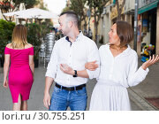Young woman is resentmenting because her boyfriend was stared on other girl. Стоковое фото, фотограф Яков Филимонов / Фотобанк Лори