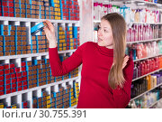 Glad woman is choosing new hair dye. Стоковое фото, фотограф Яков Филимонов / Фотобанк Лори