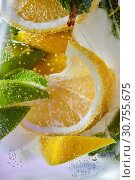 Купить «Slices of lemon and lime with bubbles of water in a glass. Macro photo of refreshing lemonade», фото № 30755675, снято 2 июля 2018 г. (c) Ярослав Данильченко / Фотобанк Лори